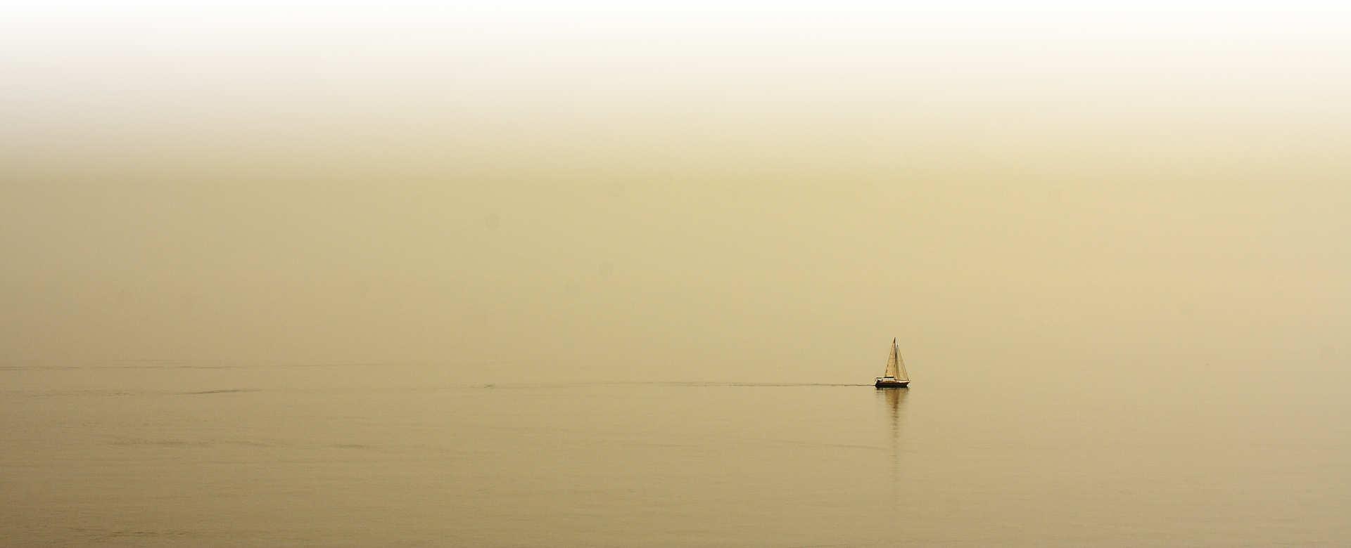 Velero en mar calmado