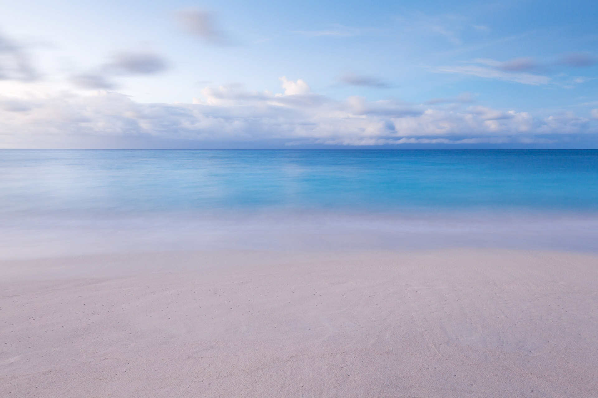 Vista relajante desde playa al orizonte